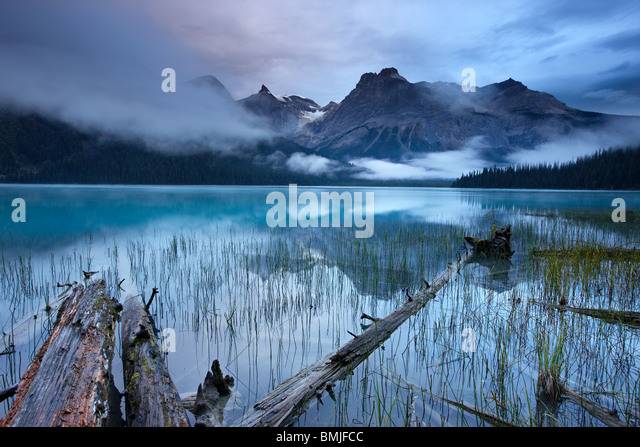 Emerald Lake at dawn with the peaks of the President Range beyond, Yoho National Park, British Columbia, Canada - Stock-Bilder