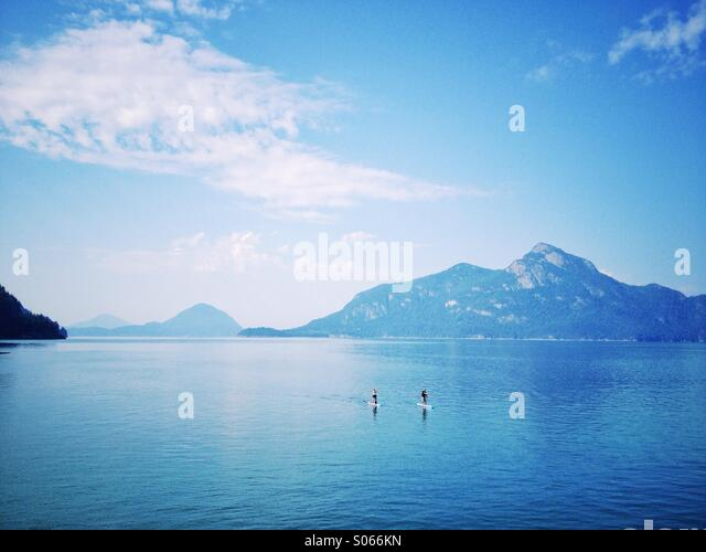Stand up paddle boarders on Howe Sound, British Columbia with mountain background. - Stock-Bilder