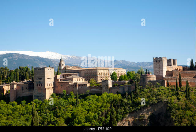 Snow capped peaks of the Sierra Nevada mountains and the Alhambra, Granada, Spain - Stock-Bilder
