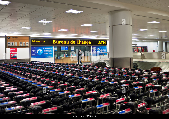 Quiet arrivals terminal at Gatwick airport with Bureau de Change London UK - Stock-Bilder