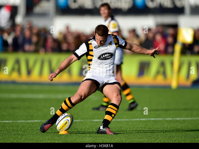 LONDON, ENGLAND - 9 October, 2016: Jimmy Gopperth (c) takes a penalty tick during Aviva Premiership match between - Stock-Bilder