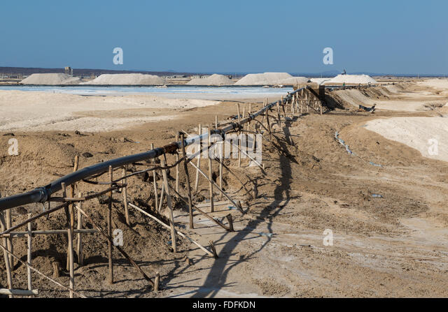 Salt miners begin to clear one of the evaporation pools at Afrera, Ethiopia - Stock Image