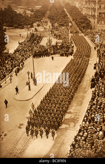 American troops parade in the streets of Paris on Independence Day 1918. - Stock Image
