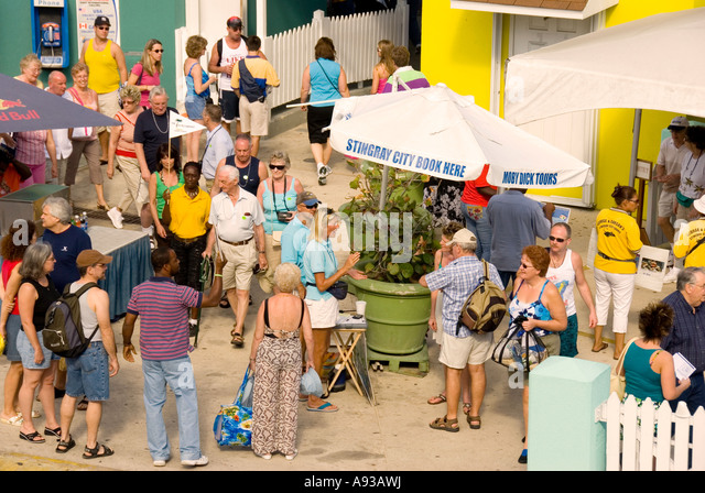 Grand Cayman George Town crowd of tourists overcrowded - Stock Image