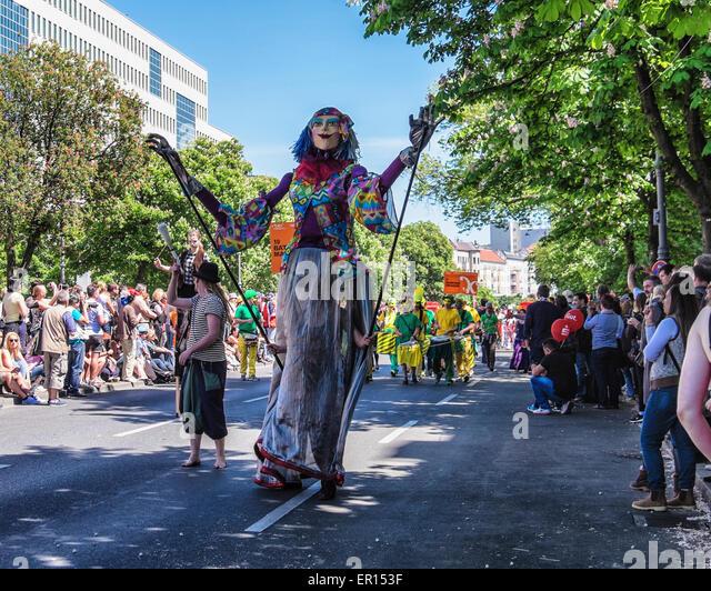 Kreuzberg, Berlin, Germany, 24th May 2015. Performers in costume entertain the crowds as Berlin celebrates its cultural - Stock-Bilder