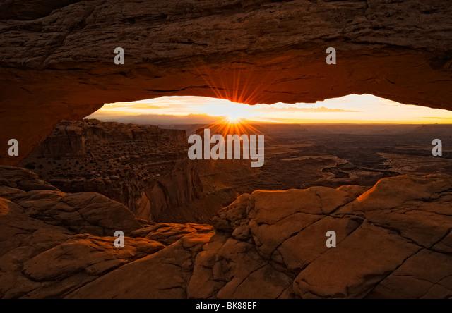 Mesa Arch at sunrise, Canyonlands National Park, Moab, Utah, USA - Stock-Bilder