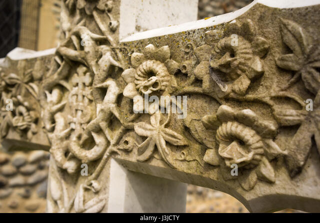 Close up of ornately carved cross in church graveyard in England - Stock-Bilder