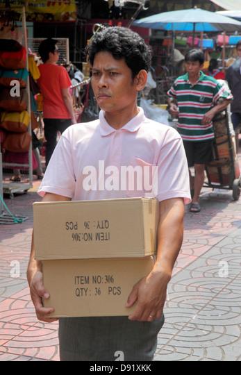 Thailand Bangkok Samphanthawong Chinatown Mangkon Asian man carrying box - Stock Image