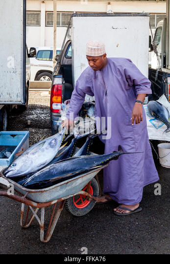 Fresh Fish Being Unloaded At The Fish Market, Muttrah, Muscat, Sultanate Of Oman - Stock-Bilder