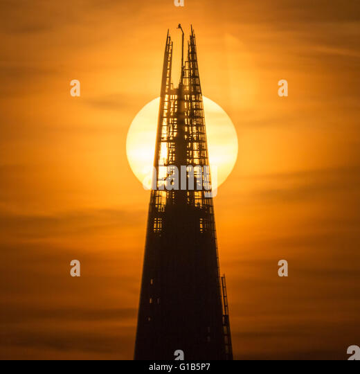 London, UK. 12th May, 2016. Split Sunset behind The Shard building in central London © Guy Corbishley/Alamy - Stock Image