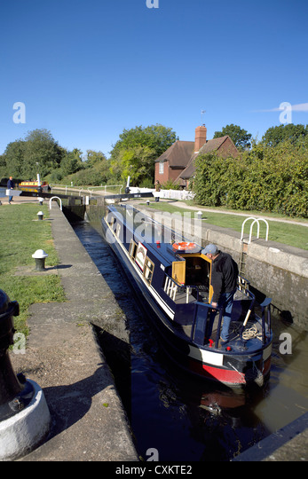 Narrowboat at Cape Locks, on the Grand Union Canal, Warwick, Warwickshire, UK, England, GB, British, English, inland, - Stock Image