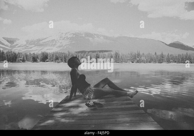 Young beautiful woman traveling in Jasper, Canada in black and white - Stock-Bilder