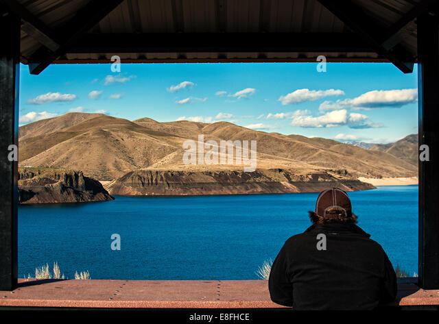 USA, Idaho, Ada, Boise, Lucky Peak, Man enjoying view of lake - Stock Image