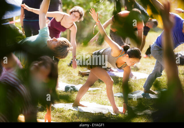 Charlton Park, Wiltshire, UK. 25th July, 2015. People practice yoga in the morning sun at WOMAD Festival held in - Stock-Bilder