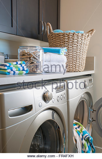 Contemporary laundry room with storage and washer and dryer. - Stock-Bilder