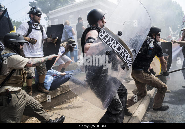 Charlottesville, Virginia, USA. 12th Aug, 2017. Alt-right rally members crash with counter protesters in Lee Park - Stock Image