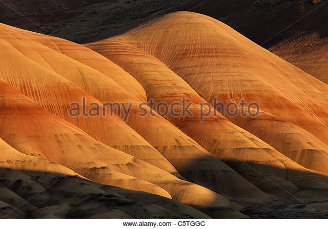 Low-angle sunlight shows the texture of the colorful Painted Hills in the John Day National Monument in Oregon. - Stock-Bilder
