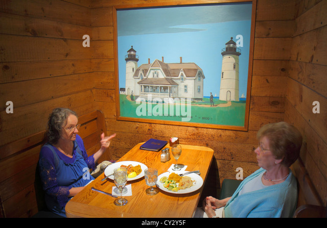 Massachusetts Cape Cod Orleans Hearth 'n Kettle Restaurant booth woman painting dining dinner - Stock Image