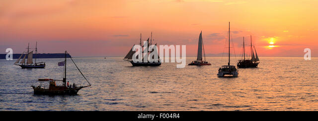 sailing boats at sunset, Greece, Cyclades, Santorin - Stock Image
