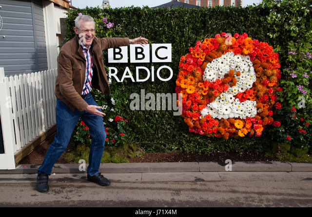 Chelsea Flower Show, London, England, 22nd May 2017. Jeremy Vine, proudly promotes the BBC Radio 2 gardens in his - Stock Image