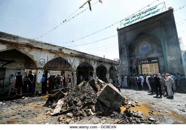 People gather at the site of a suicide attack at the entrance of the Shi'ite Mausoleum of Sayid Mohammed bin - Stock-Bilder