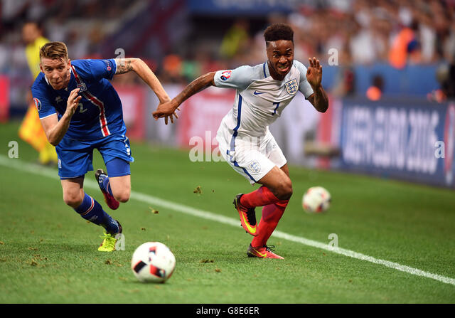 Nice, France. 27th June, 2016. Birkir Mar Saevarsson (L) of Iceland and Raheem Sterling of England vie for the ball - Stock-Bilder