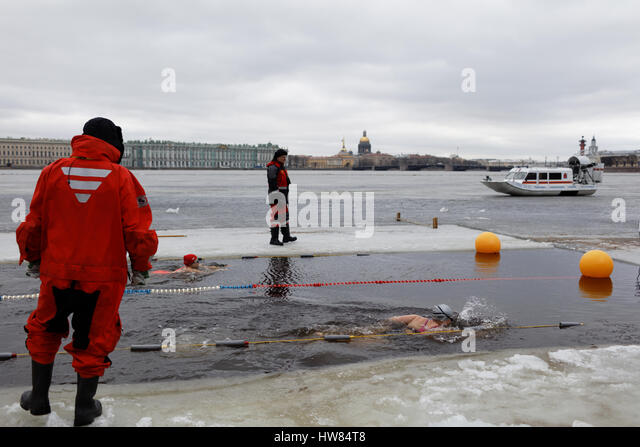 St. Petersburg, Russia, 18th March, 2017. People participate in a swim in river Neva at St. Peter and Paul fortress. - Stock Image