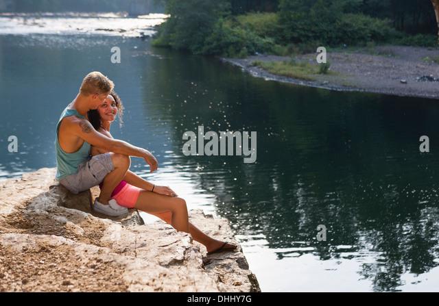 Young couple sitting on rock ledge, Hamburg, Pennsylvania, USA - Stock-Bilder
