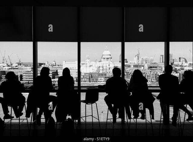 People enjoying the view from the bar of the Tate London. - Stock-Bilder