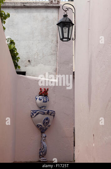 Porcelain planter & fountain on wall in passageway off  Calle de Santa Rita in the old town of Colonia del Sacramento, - Stock Image