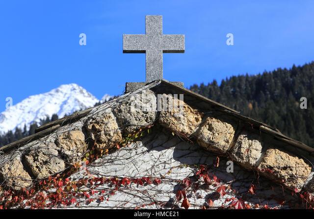 Croix en pierre. Entrée du cimetière. Cemetery Contamines-Montjoie. - Stock Image