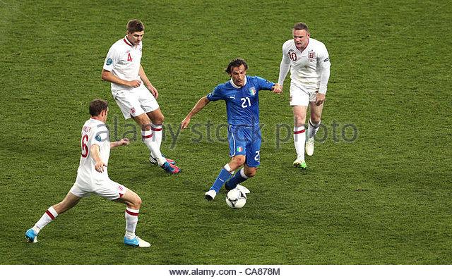 24/06/2012 Kiev. Euro 2012 Football. England v Italy. Andrea Pirlo is surrounded by James Milner, Steven Gerrard - Stock-Bilder