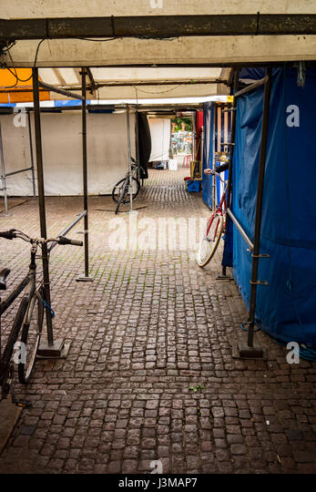 The University city of Cambridge in England with bikes in the empty market on cobbles - Stock-Bilder