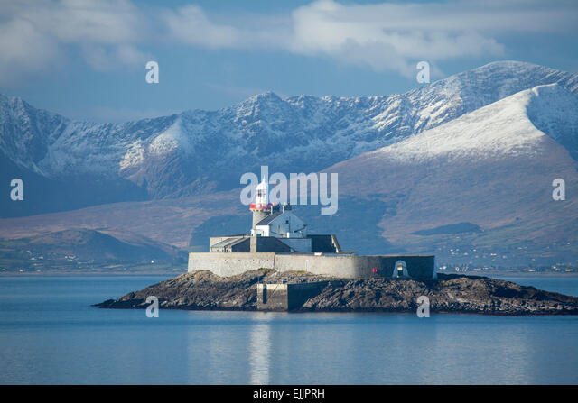 Fenit Lighthouse and the Brandon massif, Tralee Bay, Dingle Peninsula, County Kerry, Ireland. - Stock Image