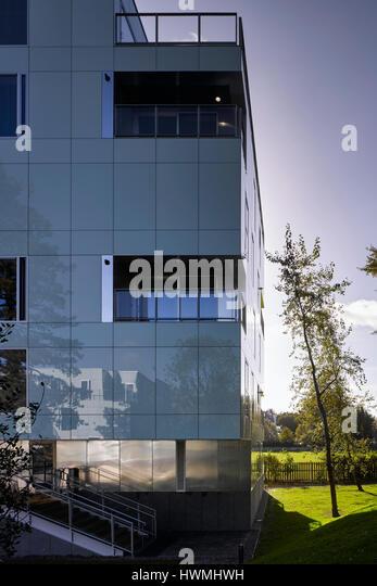 View of exterior facade showing reflective glass cladding. Dunluce Apartments, Ballsbridge, Ireland. Architect: - Stock-Bilder