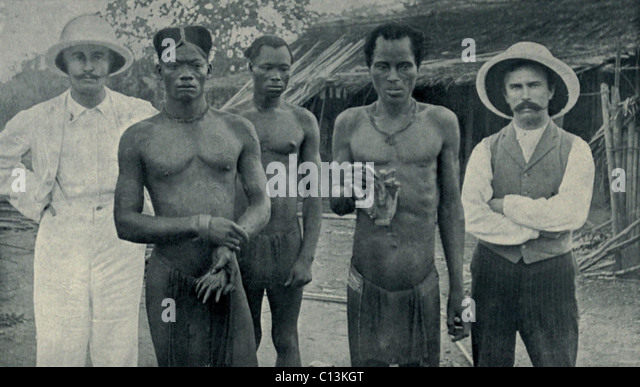 Atrocities of the Rubber Slavery in the Belgian Congo. Natives hold the severed hands of two countrymen murdered - Stock-Bilder