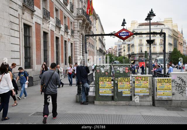 Subway entrance spain stock photos subway entrance spain for Plaza de la puerta del sol