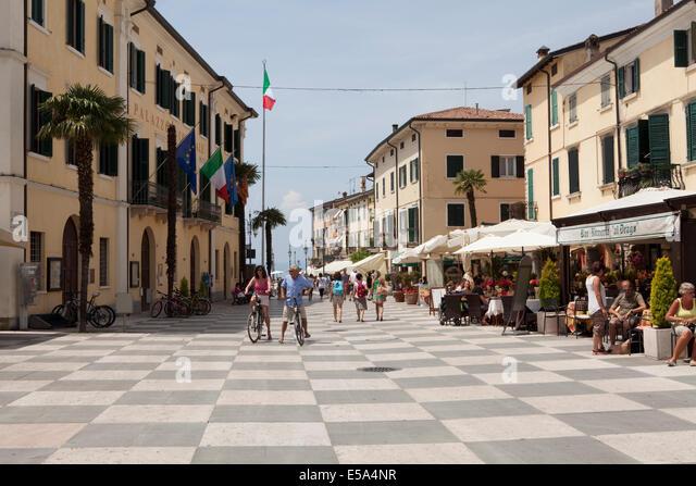 Piazza V. Emanuele in Lazise, Lake Garda - Stock Image