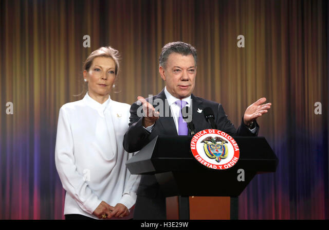 Bogota, Colombia. 7th Oct, 2016. Colombian President Juan Manuel Santos (R) delivers a statement after the announcement - Stock Image