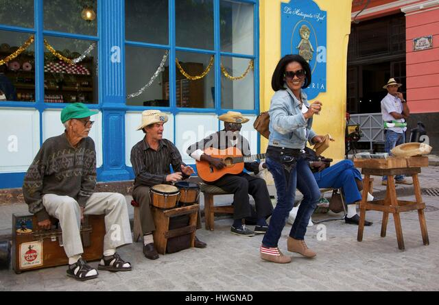 Cuba, la Havana, old Havana, world heritage of UNESCO, woman dancing in front of musicians in the Obispo street - Stock Image