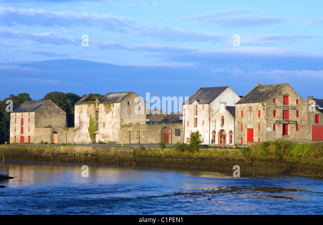 Republic of Ireland, County Donegal, Ramelton, row of Mill houses overlooking sea - Stock Image