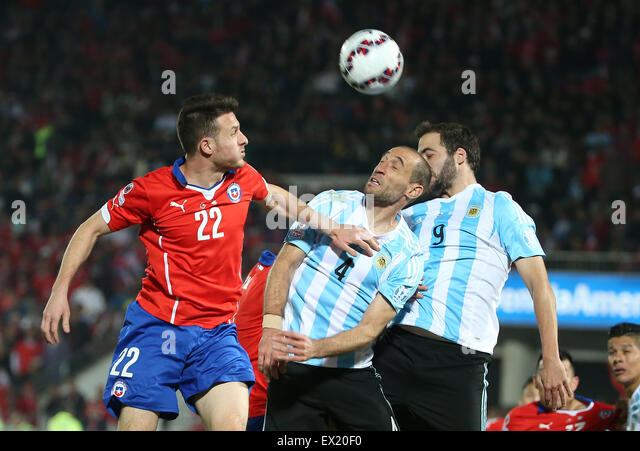 Santiago, Chile. 4th July, 2015. Chile's Angelo Henriquez (L) vies with Argentina's Pablo Zabaleta (C) and - Stock-Bilder