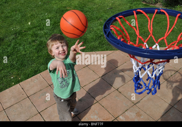 Boy playing basketball - Stock Image
