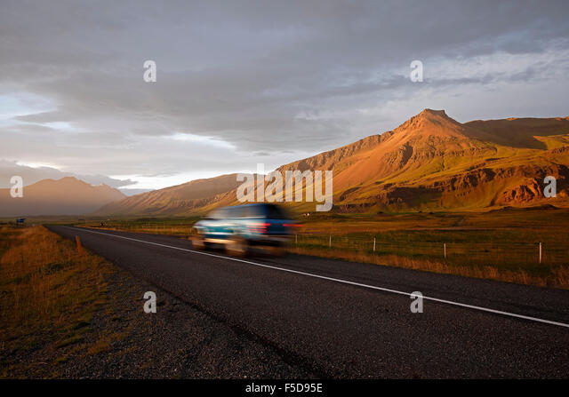 SUV on Route 1 (Ring Road) and mountain landscape near Hofn, Iceland - Stock-Bilder