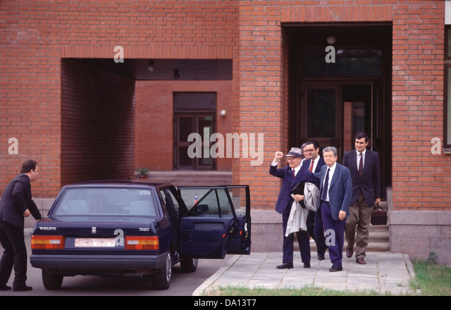 Former East German leader, Erick Honecker makes a final gesture as he leaves the Chilean embassy in Moscow in 1992 - Stock Image
