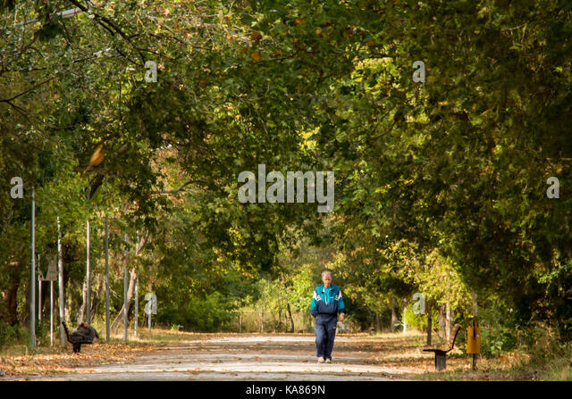 Elhovo, Bulgaria. 25th Sep, 2017. Warm Autumn day after a long hot dry summer, farm workers in the fields on the - Stock Image