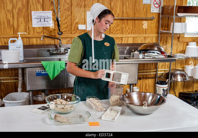 Illinois Arthur Shady Crest Orchard & and Farm Market woman Amish cap bonnet employee job working kitchen - Stock Image