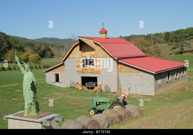 North Carolina Hayesville roadside exhibit Americana barn tractor Statue of Liberty reproduction bales of hay farm - Stock Image
