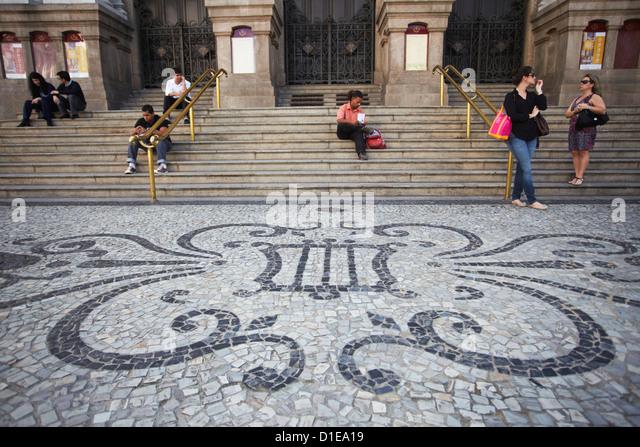 People sitting outside Theatro Municipal (Municipal Theatre), Centro, Rio de Janeiro, Brazil, South America - Stock-Bilder