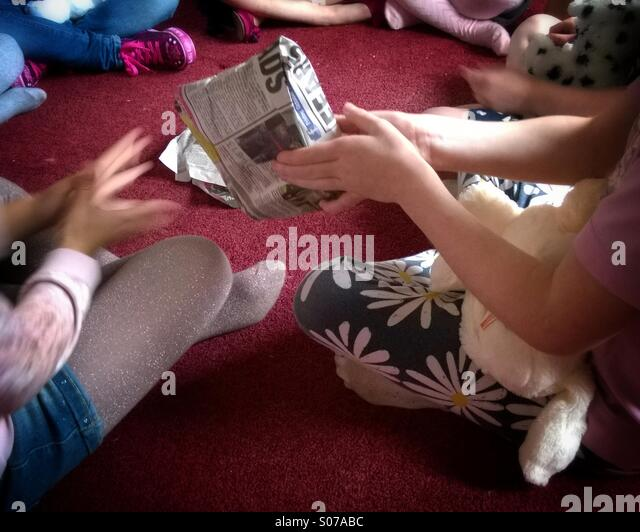 pass-the-parcel-at-childrens-birthday-pa